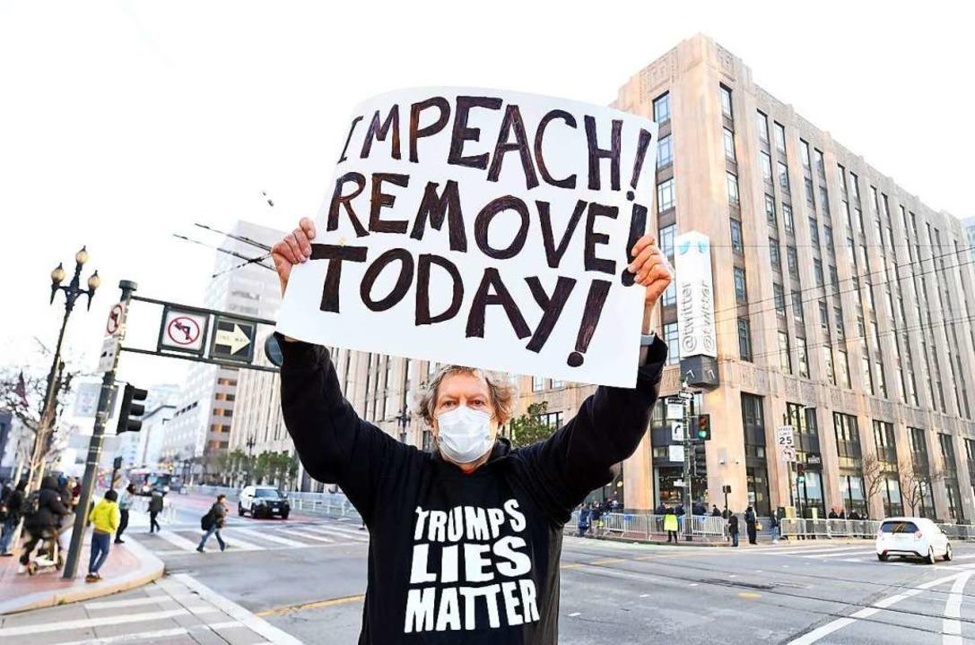 Wie hier in San Francisco wird von vie...senthebung von Donald Trump gefordert.  | Foto: JOSH EDELSON (AFP)