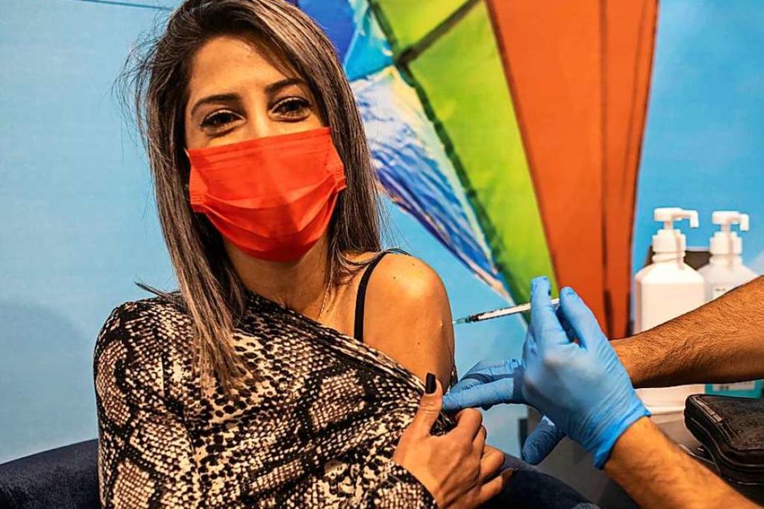Eine Frau erhält in Israel eine Dosis des Corona-Impfstoffs von Biontech/Pfizer.  | Foto: Ilia Yefimovich (dpa)