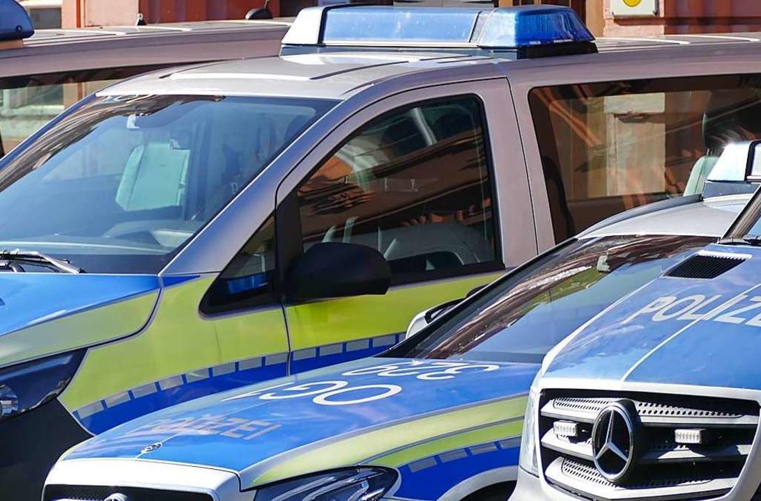 Einsatzkräfte der Offenburger Polizei ... versuchten Tötungsdelikts im Einsatz.    Foto: Helmut Seller