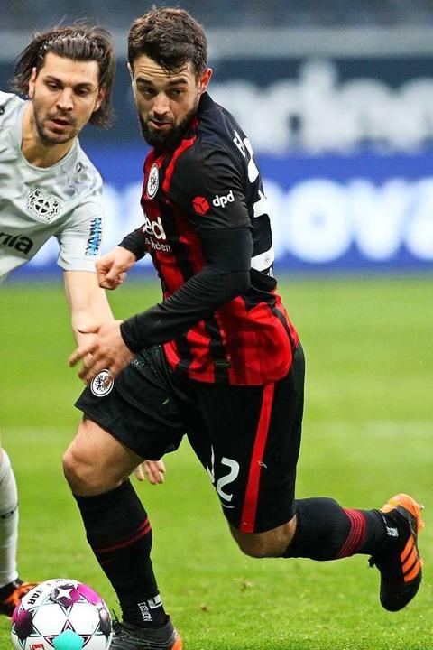Younes im Duell mit Leverkusens Aleksandar Dragovic  | Foto: DANIEL ROLAND (AFP)