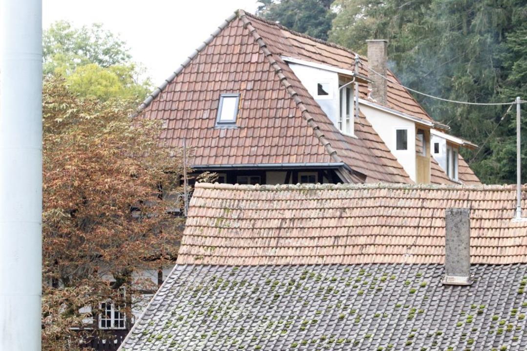 Die drei Dachgauben am denkmalgeschütz...erg sind mittlerweile wieder abgebaut.  | Foto: Heidi Fößel