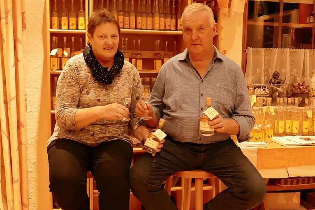 Anneliese und Fridolin Baumgartner mit ihrem prämierten Waldhimbeerbrand   | Foto: Gerold Zink