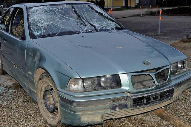 Ausrangiertes Auto im Ernet abgestellt