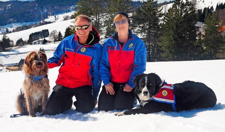 Lawinenhund Joschi (links) mit Lawinen...t Lawinenhundeführerin Bianca Feldheim  | Foto: Olga von Plate / Bergwacht Schwarzwald