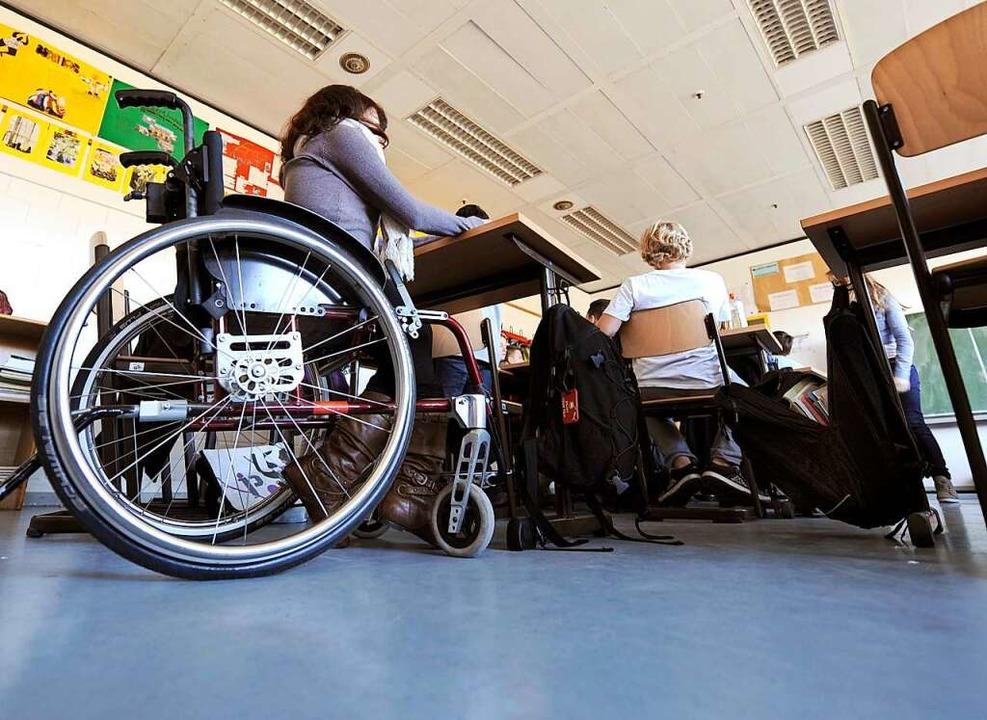 Seit Montag haben sämtliche sonderpäda...licher Behinderung wieder aufgenommen.  | Foto: Holger Hollemann (dpa)
