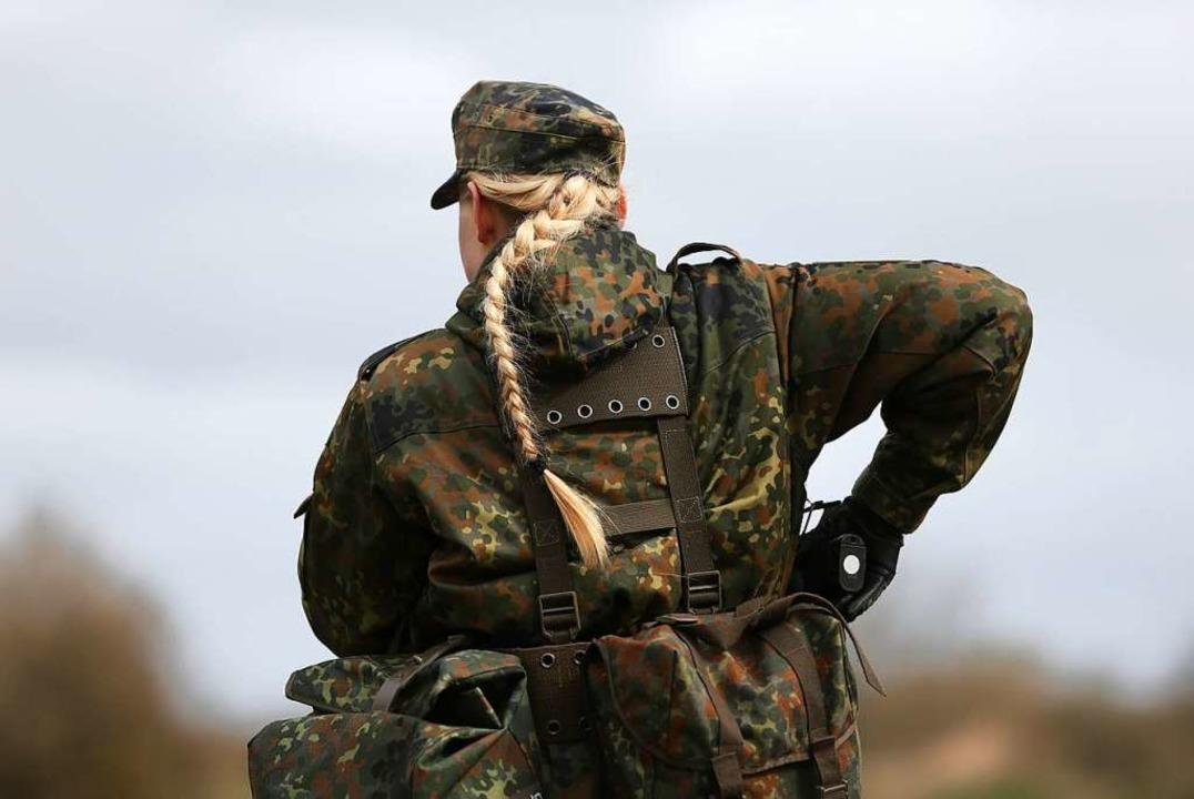 Eine Soldatin bei ihrer Grundausbildung  | Foto: Christian Charisius (dpa)