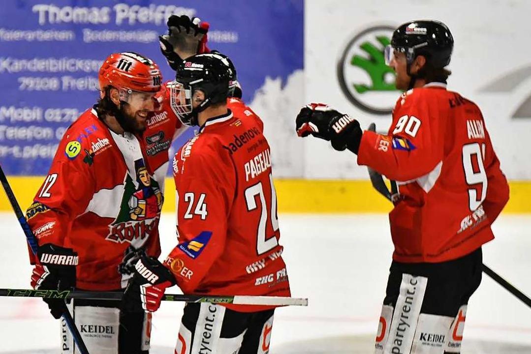 Glückliche Freiburger nach dem Sieg: A...on links), Nick Pageau und Scott Allen  | Foto: Achim Keller