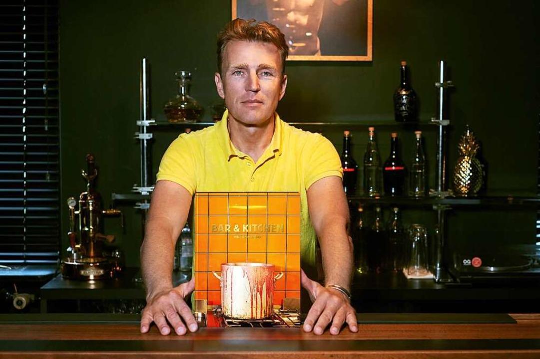 Willi Schöllmann präsentiert in seiner Z-Bar sein Cocktail- und Barfood-Buch.  | Foto: Stefan Armbruster