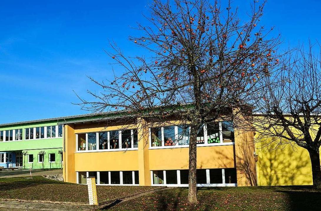 In drei Farben gegliedert ist die Hansjakob-Förderschule nach ihrer Sanierung.  | Foto: Sandra Decoux-Kone