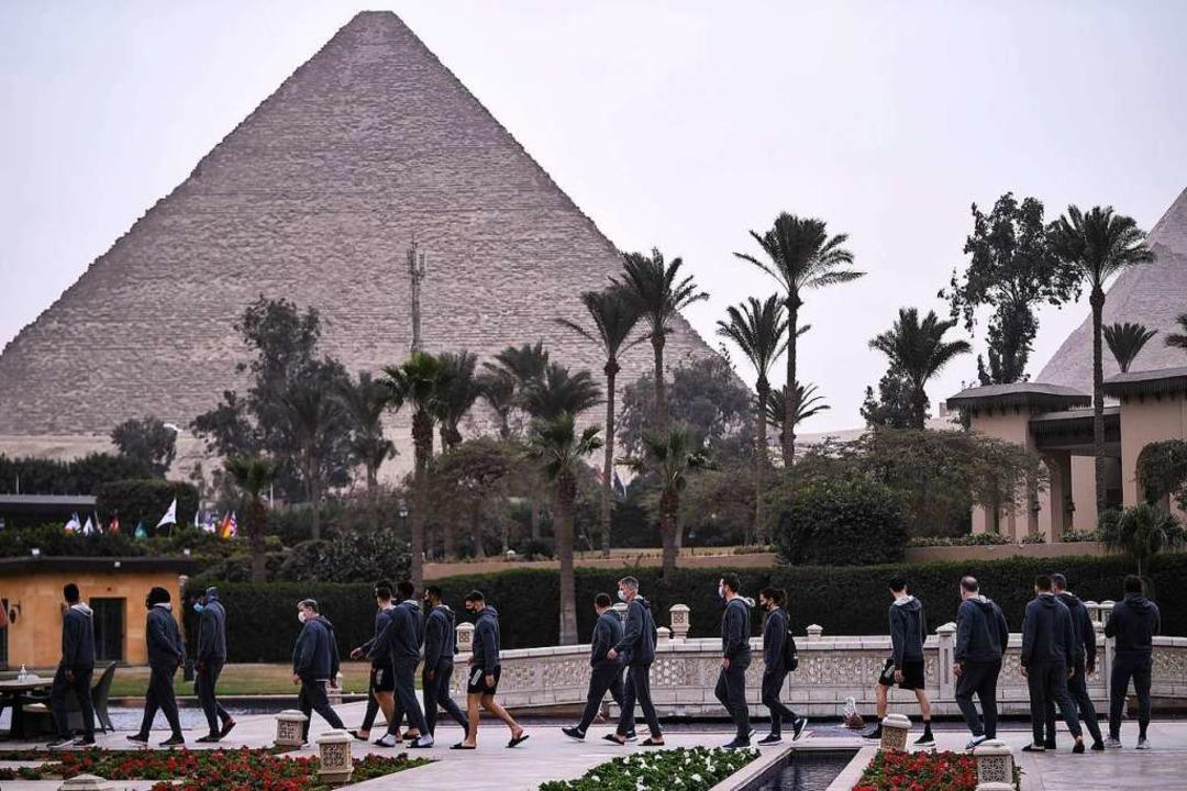 In Reichweite der Pyramiden flanieren hier die französischen Spieler.  | Foto: ANNE-CHRISTINE POUJOULAT (AFP)