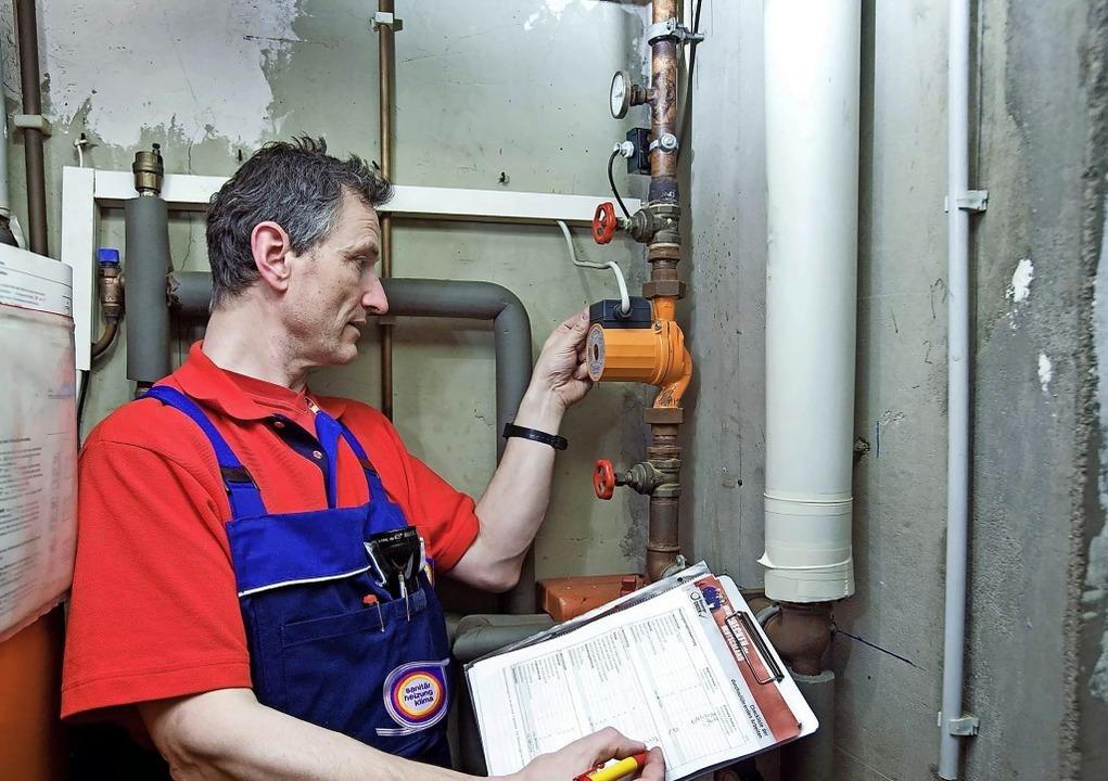 Heizungs-Check:  Der Fachmann zeigt  H...hmen, um Energie und Kosten zu sparen.  | Foto: djd/ZVSHK