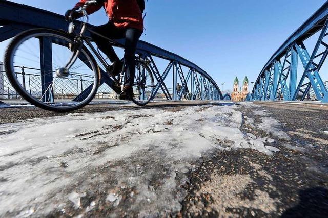 Mehrere Radler stürzen auf eisglatten Straßen