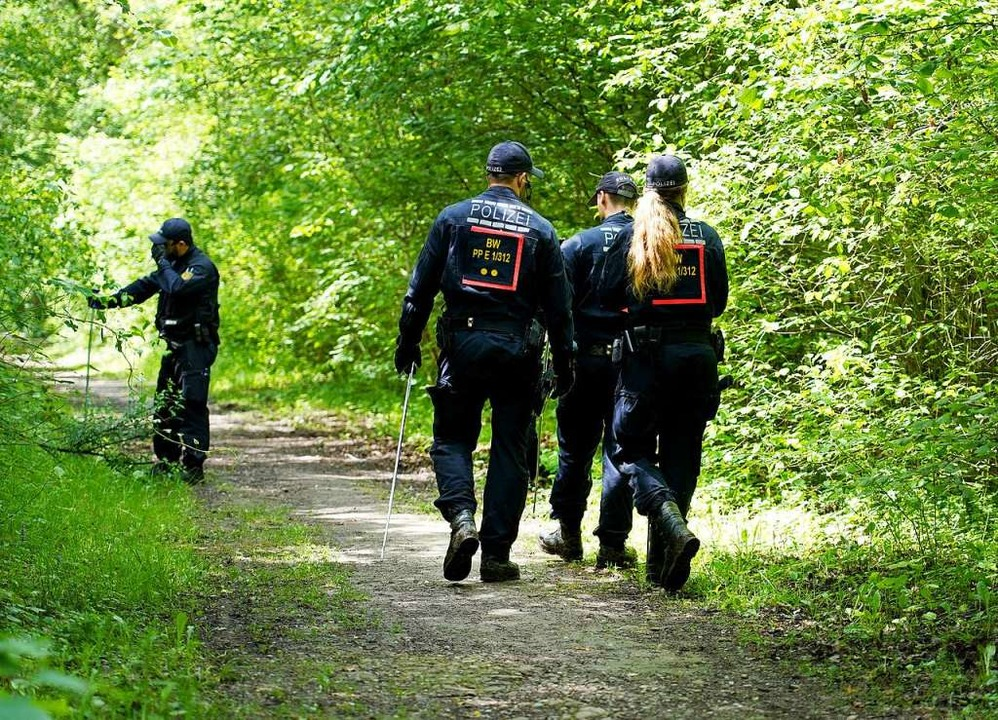 Polizisten durchsuchen im Mai 2019 die...undortes der Frauenleiche nach Spuren.  | Foto: Benedikt Spether (dpa)