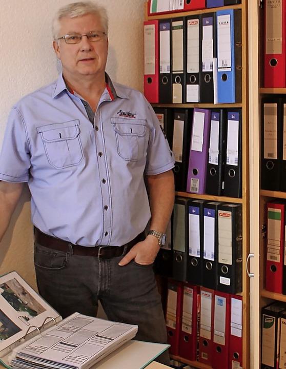 Wolfgang Tröndle vor seinen Schränken ...Fotos.<BZ-Foto>Aroon Tröndle</BZ-Foto>