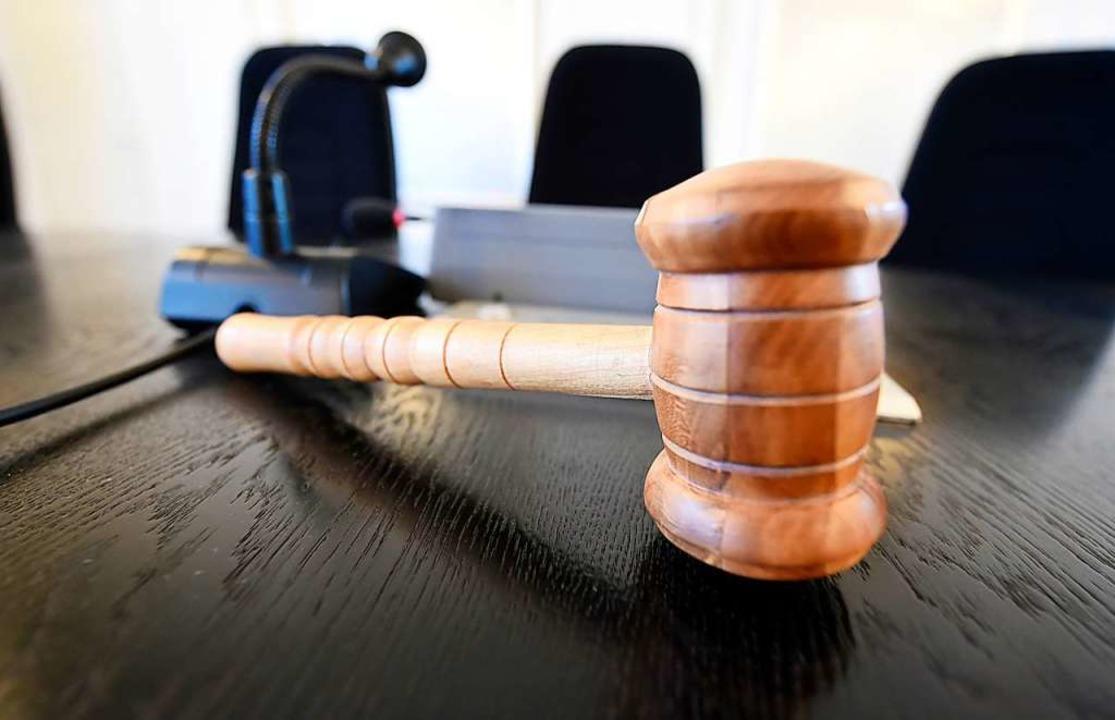 Der Angeklagte wurde zu einer  einjähr...machung an die Geschädigte verurteilt.  | Foto: Uli Deck (dpa)