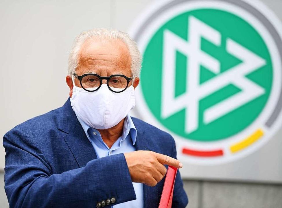 Fritz Keller vor der DFB-Zentrale in FNrankfurt.  | Foto: Arne Dedert (dpa)