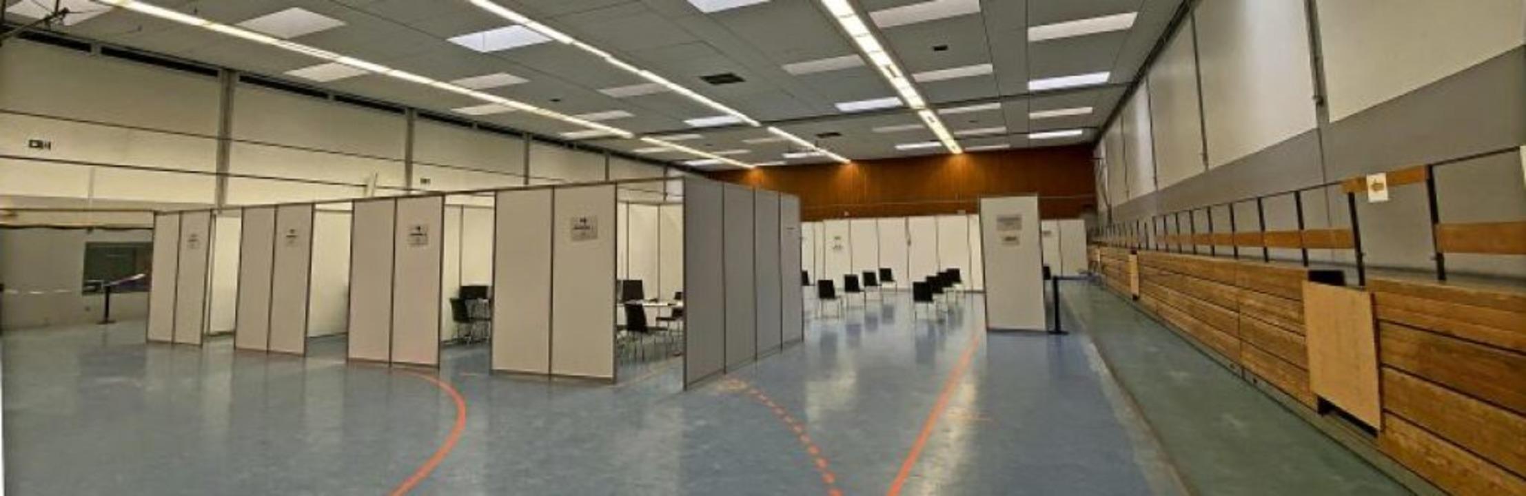 Die Kabinen in der Rheintalhalle stehe...– nur der Impfstoff fehlt noch.   | Foto: Mark Alexander