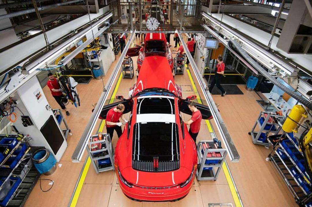 Mitarbeiter der Porsche AG montieren i...hr Arbeitslose und mehr Firmenpleiten.  | Foto: Marijan Murat (dpa)