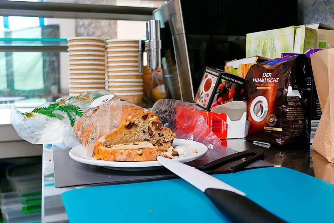 Es ist angerichtet: Das Gratis-Café gibt schon Essen und Trinken aus.  | Foto: Peter Gerigk