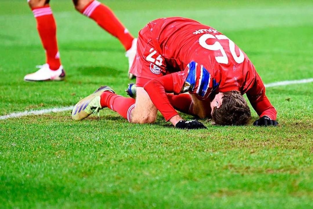 Thomas Müller am Boden: Der FC Bayern unterlag dem Zweitligisten Holstein Kiel.  | Foto: FABIAN BIMMER (AFP)