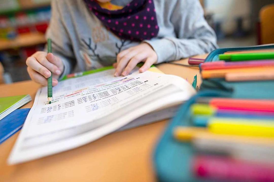 Schülerinnen und Schüler, Kitakinder und ihre Eltern müssen weiter Geduld haben.    Foto: Sebastian Gollnow (dpa)