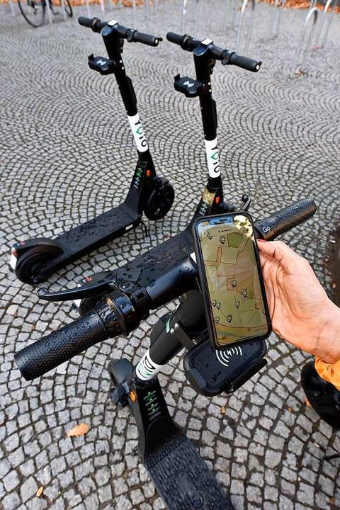 Per Smartphone werden die Roller gebucht.  | Foto: Thomas Kunz