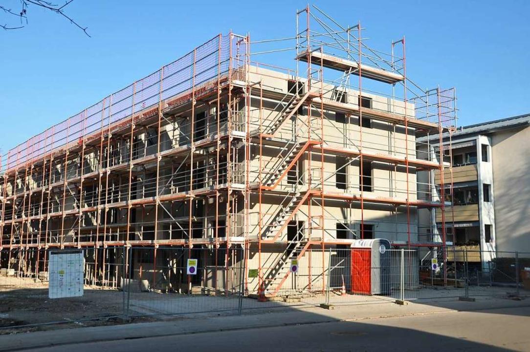 Der Rohbau für die Häuserzeile in der Austraße ist fast fertig.  | Foto: Daniel Gramespacher