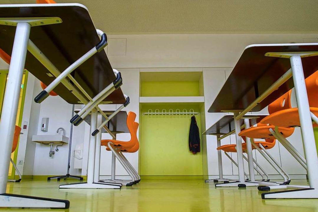 Die Stühle bleiben oben: Kitas und Gru...tarten nicht in den Präsenzunterricht.  | Foto: Klaus-Dietmar Gabbert (dpa)
