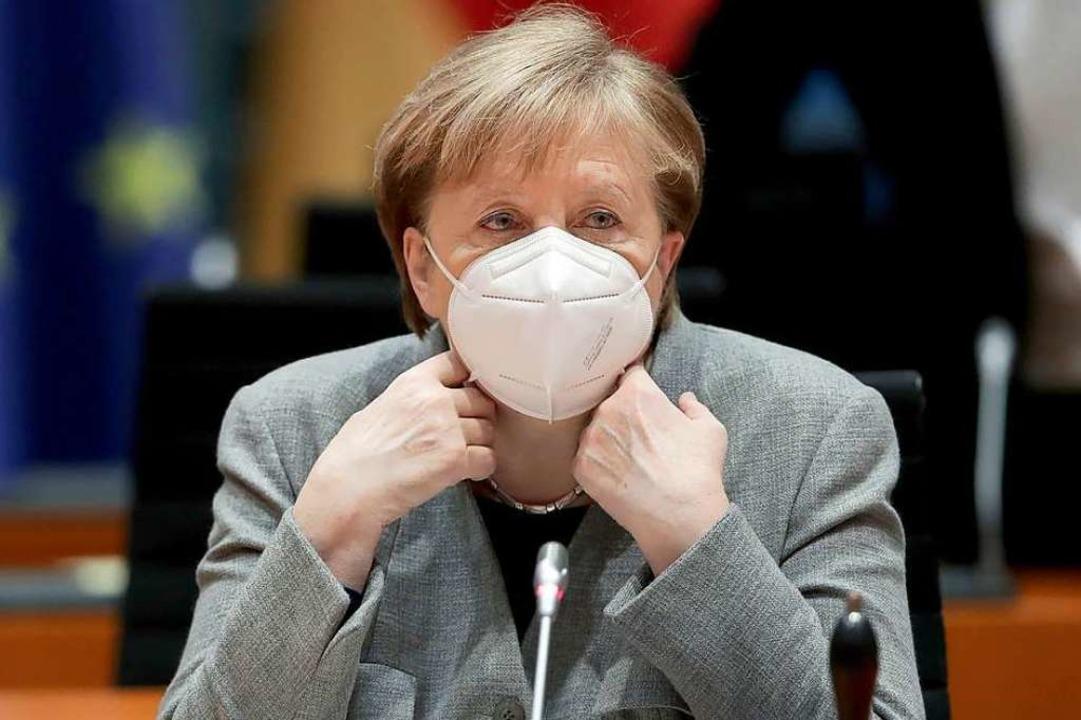 Bundeskanzlerin Angela Merkel trägt auf diesem Foto eine FFP2-Maske.  | Foto: Michael Sohn (dpa)