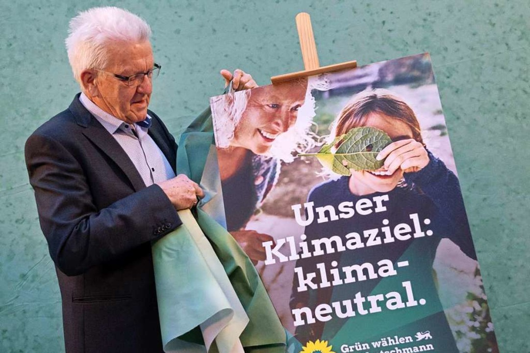 Ministerpräsident Winfried Kretschmann...lakat für den Wahlkampf seiner Partei.  | Foto: Marijan Murat (dpa)