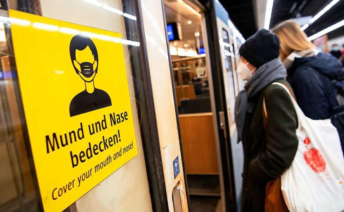 In Bayern gilt ab kommender Woche FFP2...häften und im öffentlichen Nahverkehr.  | Foto: Sven Hoppe (dpa)