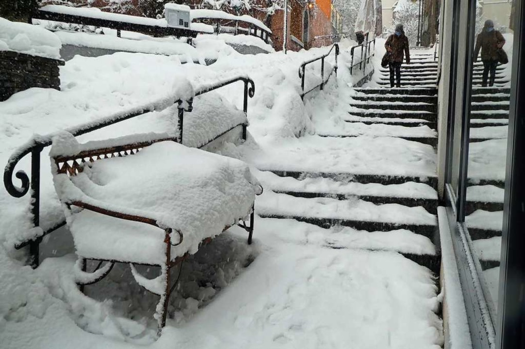 Der Winter hat vor den Geschäften Platz genommen, die Kunden ziehen vorbei.  | Foto: Peter Stellmach