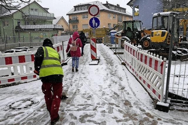 Schneeräumen auf der neuen, für Fußgänger offenen Bernhardusbrücke