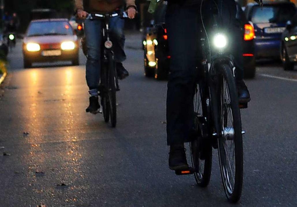 Ohne Licht auf dem Rad unterwegs: Das kann ganz schön gefährlich werden.    Foto: Patrick Seeger (dpa)