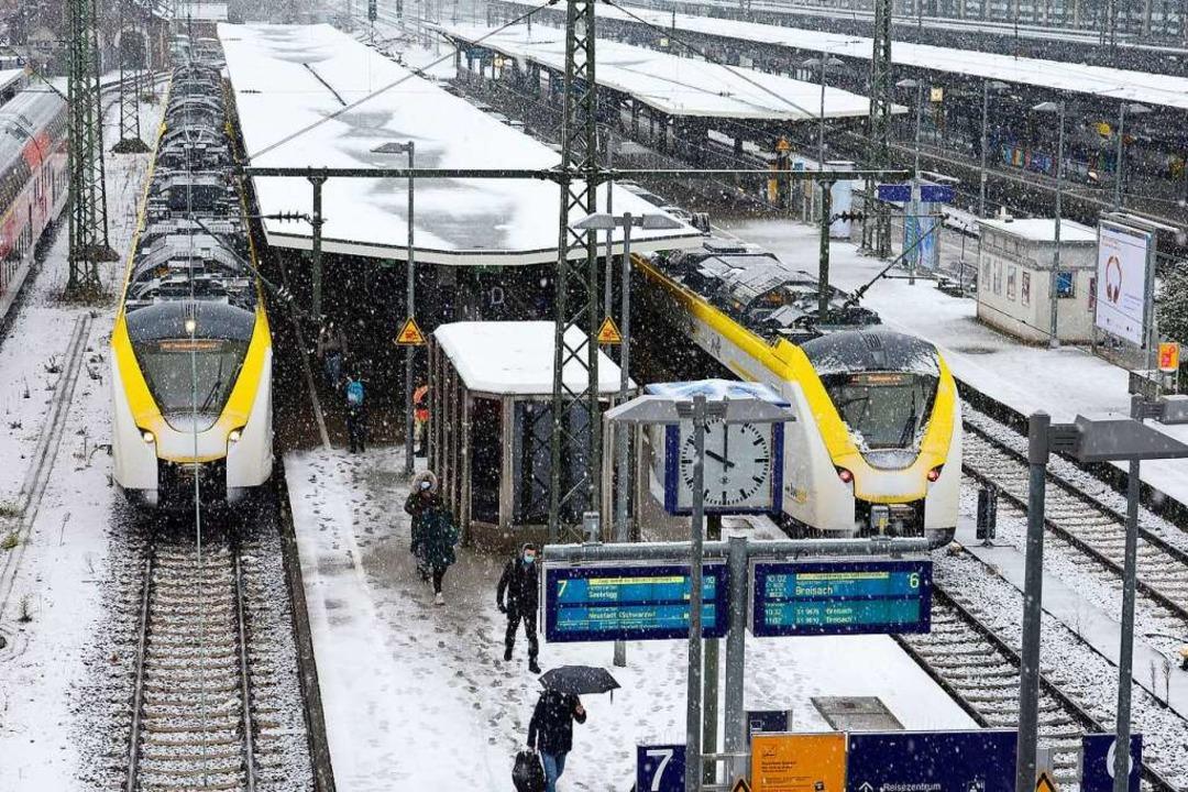Gleis 7 und 6 im Freiburger Hauptbahnh...gs meist zur ganzen und halben Stunde.  | Foto: Ingo Schneider