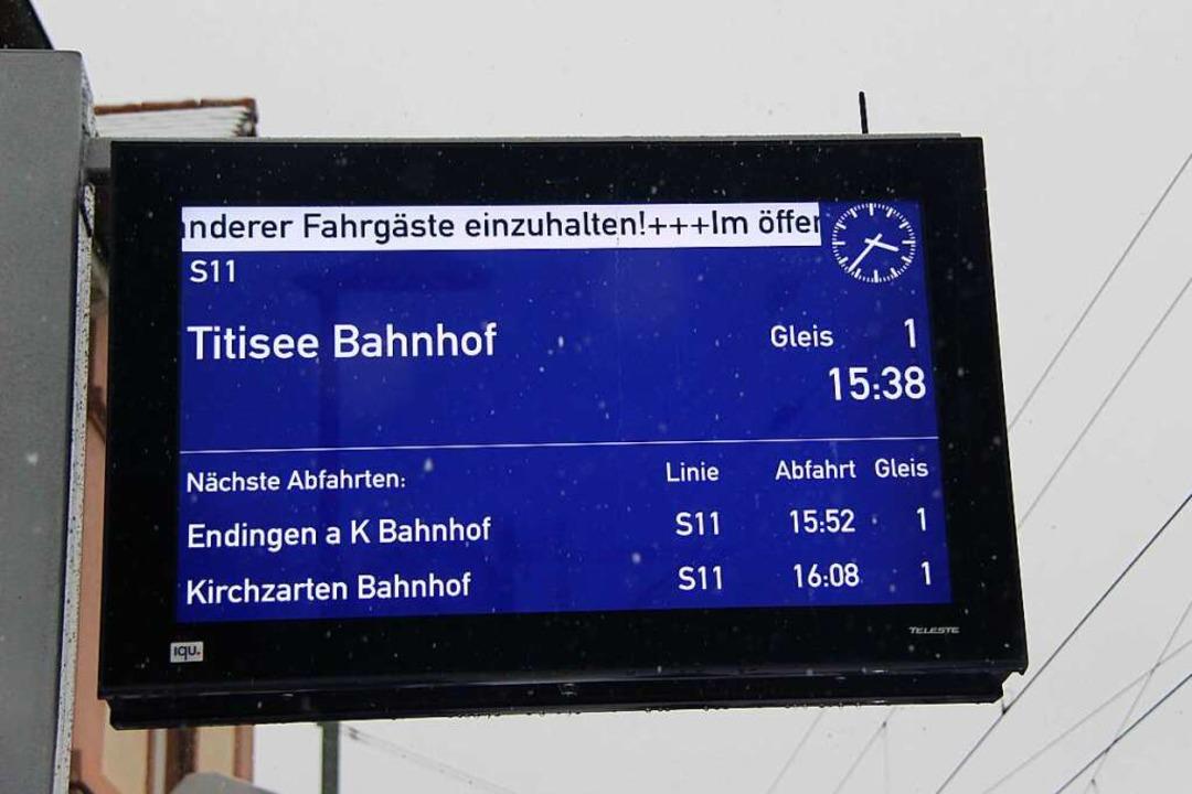Anzeigetafel der SWEG am Bahnhof Bötzi...e  an Haltepunkten der Deutschen Bahn.  | Foto: Horst David