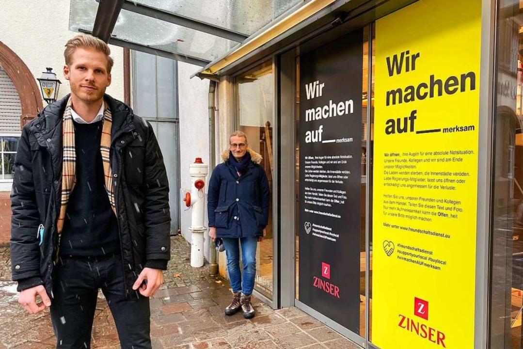 Kai Ilter (Zinser, links) und Michael ...er Fank) stellen die Plakataktion vor.  | Foto: Mark Alexander