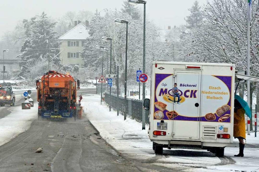 Mittagessen und Schneeräumen an der Emmy-Noether-Straße  | Foto: Ingo Schneider