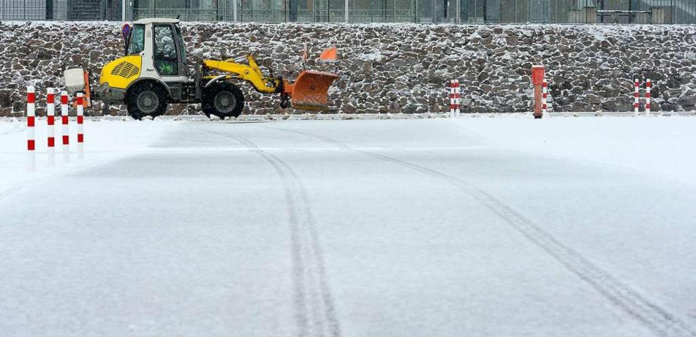 Kaum ist geräumt, ist schon wieder eine zarte Schneeschicht auf der Straße.  | Foto: Ingo Schneider