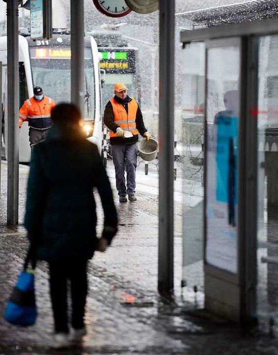 Auch auf der Stadtbahnbrücke wird gestreut.  | Foto: Ingo Schneider