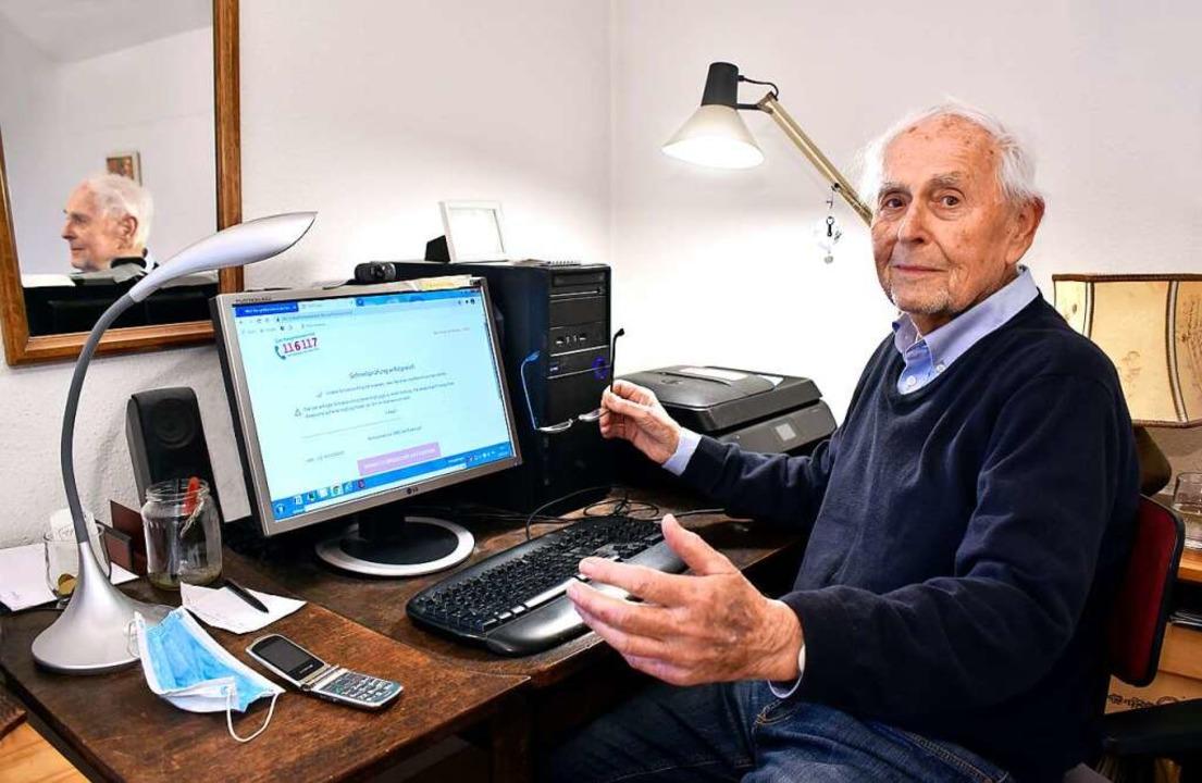 Auch Alwin Fuchs (91) bleibt beim Vers...r ein Achselzucken an seinem Computer.  | Foto: Thomas Kunz
