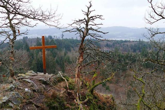 Das Kreuz auf dem Röthekopf trotzt Natur und Rabauken