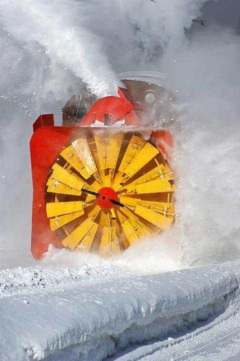 Derzeit ist auf den Bahnstrecken eine Schneeschleuder im Einsatz (Symbolfoto).  | Foto: Thomas Hössli