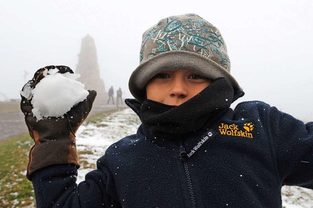 Besonders gut wird ein Schneeball, wen...hten und pappigen Schnee zur Hand hat.    Foto: Patrick Seeger