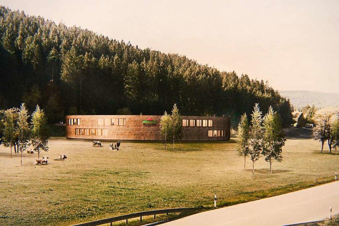 An den Hang angeschmiegt, an den Wald ...eingefügt wirken soll; vorne die B 31.  | Foto: Fuchs Maucher Architekten