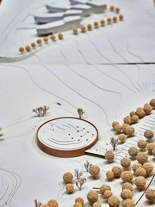 Das Modell zeigt den räumlichen Bezug, oben die Gebäude der Firma Testo.  | Foto: Fuchs Maucher Architekten