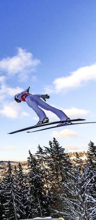 Skispringer im Anflug auf die tief verschneite Wälderstadt  | Foto: Philipp von Ditfurth (dpa)