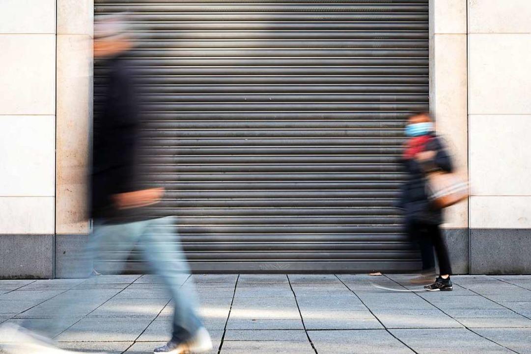 Der Einzelhandel ist in weiten teilen ... geschlossen oder stark eingeschränkt.  | Foto: Sebastian Gollnow (dpa)