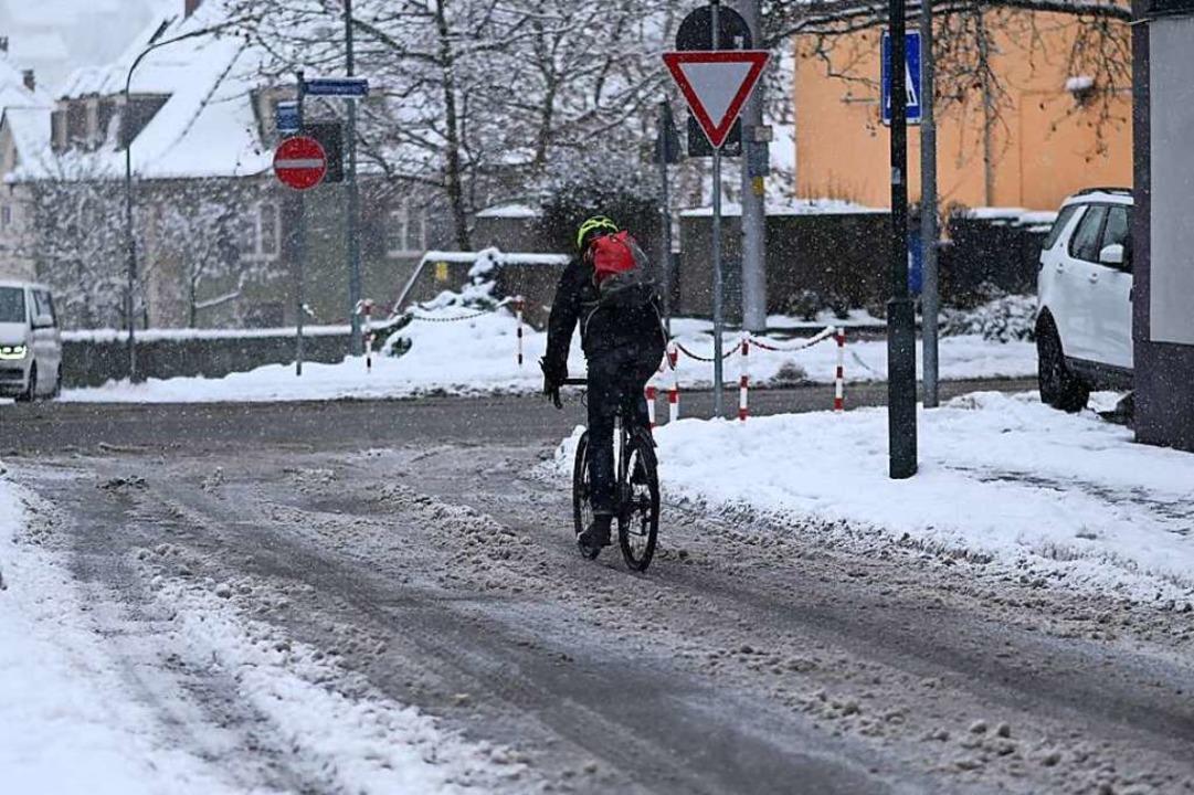Ein Radfahrer auf winterlicher Fahrbah...für hat die Polizei wenig Verständnis.  | Foto: Jonas Hirt