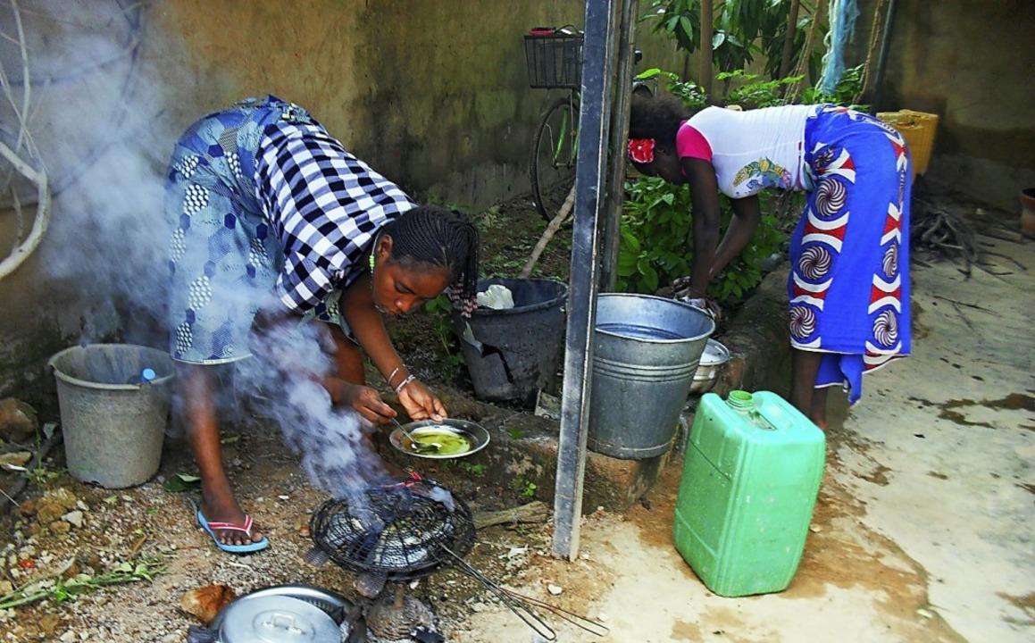 Die Schülerinnen kochen selbst.   | Foto: Georges Bazié/Stiftung Brücke